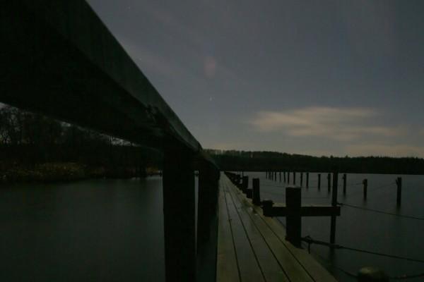 Bådbro i mørke af Niels Foltved
