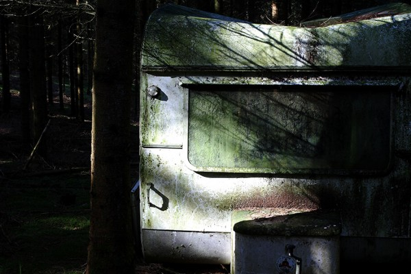 Efterladt campingvogn i skoven af Niels Foltved